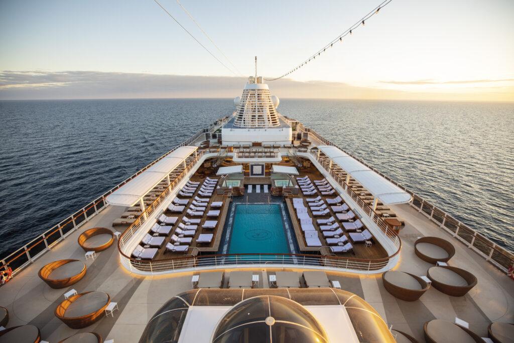 Seven Seas Splendor Pool Deck c Regent Seven Seas Cruises 1024x683 - Auf den Spuren von James Bond und Cary Grant: Traumurlaub vorm Bildschirm